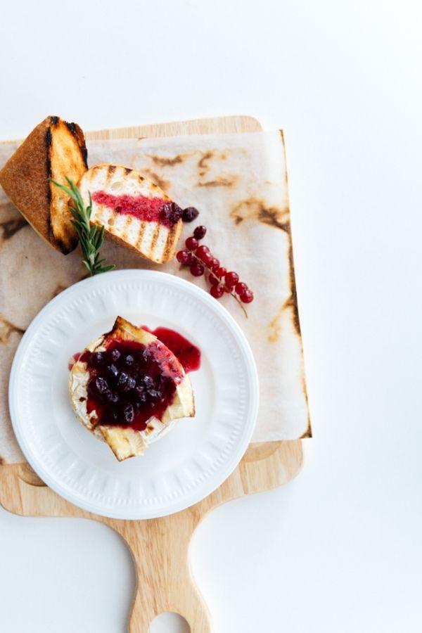Рецепт недели: Запеченный камамбер с клюквенным соусом от кофейни Coffeeroom