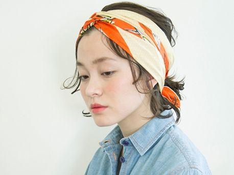 □How to□   アレンジ1と同じ要領で髪の毛をまとめる。大きめのスカーフを三角に折り、更に半分にして帯状に。襟足に帯状になったスカーフの中心を当て両端を前の方にもっていき、顔の前でクロス。そのまま襟足まで戻して結ぶ。この時に耳を隠すのがこなれて見えるポイント。フェイスラインの毛は根元をオイルでなでつけて質感を変える。   hair/Hidenobu Ohkawa model/Piyu...