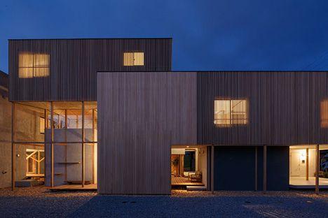 photo(C)Ookura Hideki / Kurome Photo Studio Eureka/稲垣淳哉+佐野哲史+永井拓生+堀英祐が設計した愛知県岡崎市の集合住宅「Dragon Court Village」です。                            以下、建築家によるテキストです。 ********** 地域・環境へと開かれた低密度な住宅群 9戸の賃貸長屋の計画。敷地はひとりが一台の車を所有する車社会の郊外住宅地である。各世帯が2台の駐車スペースをもち、敷地半分を車路と駐車場が占める。そして自然と導かれる法定容積を下回る低密度な計画条件のもとに、隣家と余白を共有し、地域・環境へと開かれた住宅群を目指した。 路地状空地が取り巻くポーラスな環境…