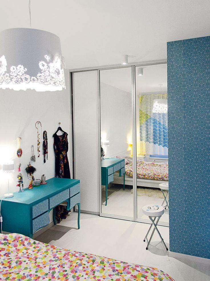 Romantický nádech získala ložnice hned zněkolika důvodů. Architekti se nenechali unést příliš daleko aveselý, živý interiér nechali částečně za dveřmi. Ložnice tak plyne vesnové, romantické atmosféře. FOTO JÁN MAZÚR