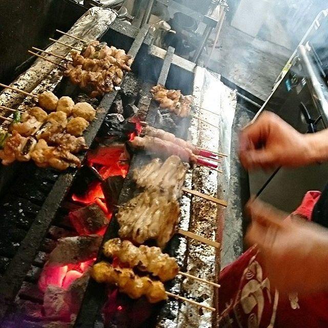 煙モクモク焼き鳥!やっぱ炭だね、香り良く香ばしい!こんな旨みと香り凝縮一本が100円だなんてぇ~!ピーマン焼きも旨ぇ~!ホッピー、金宮サワー、ハイボールが進むねえ! #ビール #肉 #食べ歩き #新宿 #フード #ランチ #焼き鳥 #炭火焼き #つくね #居酒屋 #炭 #yakitori  #ramen #meat #Food #Japanese #Japanesefood # loveeat #himeko #eat #eatout Shinjukueat #foodstagram #instafood