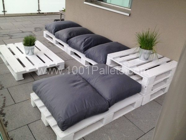 This #DIY pallet lounge looks great!  #Furniture, #Pallets