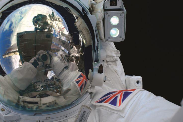 Assim que chegou à Estação Espacial Internacional, no dia 15 de dezembro de 2015, o astronauta britânico Tim Peake comeu um sanduíche de bacon. Faria outras atividades corriqueiras por ali: cortaria o cabelo, telefonariapara números errados, assistiria rúgbi, caminharia pelo espaço e até veria uma flor brotar. Durante cada dia, completava dezesseis voltas ao redor […]