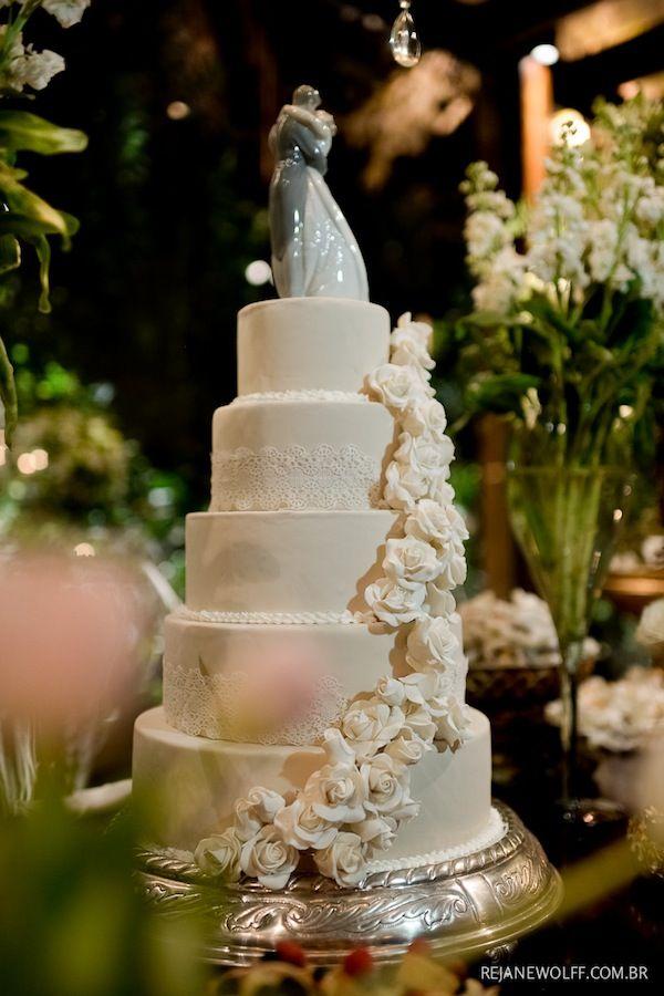 Bolo de casamento branco com cinco andares, flores de açúcar em boleira de prata. Tradicional, chique e elegante na medida certa. Foto: Rejane Wolff