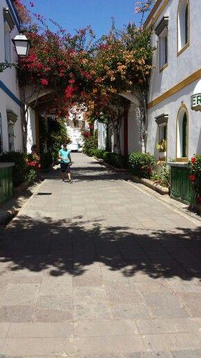 De koselige små gader i Puerto Mogãn