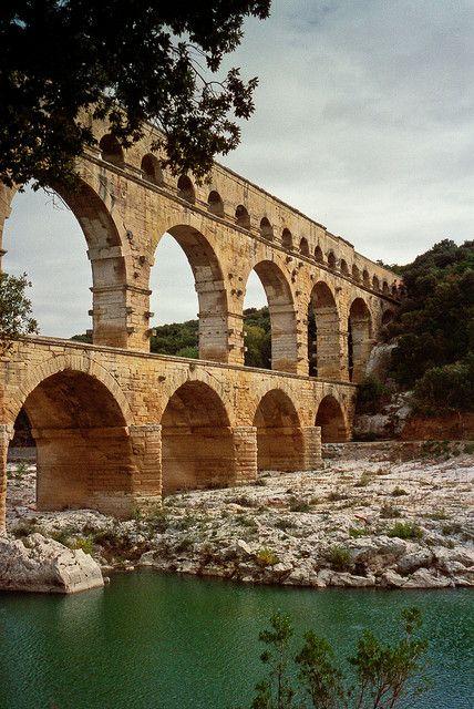 Le pont du Gard - Le pont du Gard est un pont-aqueduc romain à trois niveaux, situé près de Rémoulins, entre Uzès et Nîmes, dans le département du Gard.