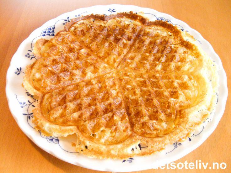 """""""Crème fraîche vafler"""" er nydelige og originale vafler, som ikke inneholder egg. """"Crème fraîche vafler"""" er basert på en gammel norsk oppskrift og ligner litt på """"Rømmevafler"""" i smak og konsistens (se oppskrift herpå detsoteliv.no). Vaflene blir fete og sprø, og smaker nydelig med sukkerdryss. Eller prøv de med tyttebær- eller multesyltetøy - det er også utrolig godt! Oppskriften gir 10 plater."""