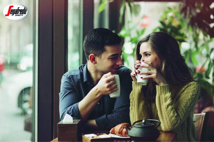 """Czy wiecie, że kofeina zwiększa wydzielanie dopaminy nazywanej """"przekaźnikiem przyjemności""""? Znajdźcie chwilę, by poprawić ukochanej osobie nastrój, serwując jej ulubioną kawę :) #RelaksZKawą #OdpoczynekZKawą"""
