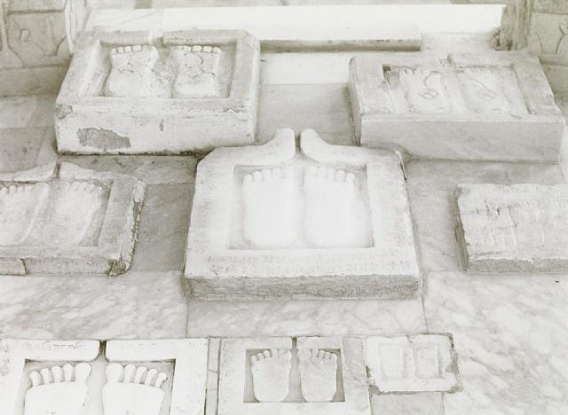 Wolfgang Laib:  Fussabdruecke, Palitana, Gujarat, Nordwestindien, 1997 — Silver gelatin print