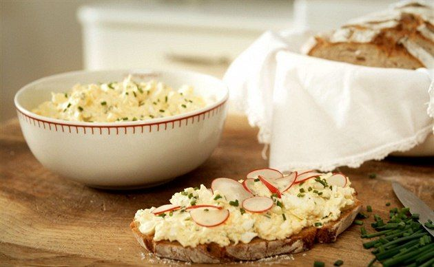 Vajíčková pomazánka podle Dity P. + hořčice, cibule