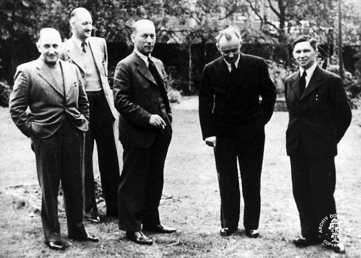 """""""Moravec´s XI"""" (group of eleven Czechoslovak intelligence officers, who arrived with František Moravec) in London. From left Jaroslav Tauer, Vladimír Cigna, Josef Bartík, František Moravec and Emil Strankmüller, who later headed the First Section of Offensive Intelligence Services. The Special Group D – responsible for the training of parachutists – was under his command."""