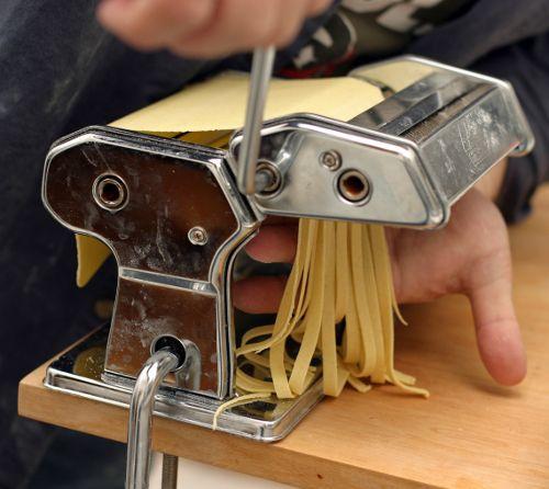 Máquina de fazer macarrão - http://www.comofazer.org/culinaria/maquina-de-fazer-macarrao/