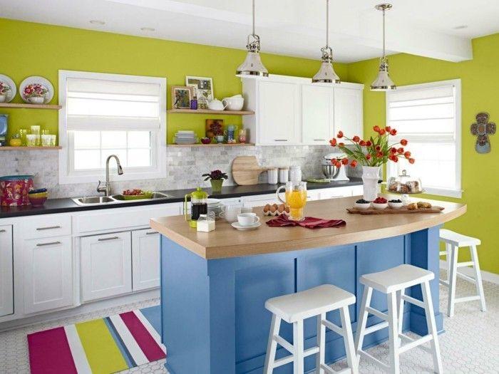 küchendesign grüne wandfarbe farbiger blaue kücheninsel streifenteppich hängelampen