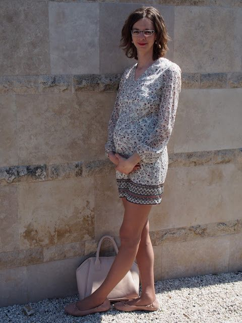 beige dress with pastel rosa accessories