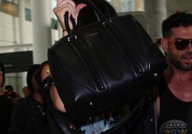 16-Jun-2014 10:08 - KENDALL EN KYLIE OMRINGT DOOR SELFIE MAKENDE FANS. Veel meisjes zouden maar wat graag een dagje ruilen met het leven van één van de leden uit Kardashian Klan, maar het is niet altijd even leuk om wereld beroemd te zijn. De zusjes Kendall en Kylie Jenner presenteerden gisteravond de MMVA's en dus vlogen de halfzusjes van de Kardashian sisters naar Toronto om daar de Much Music Video Awards bij te wonen. Maar, voordat ze goed en wel geland waren werden de zusjes al...