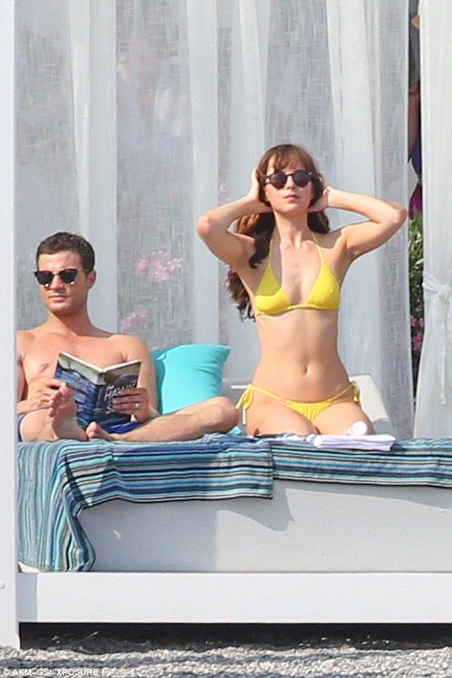 Dakota Johnson sfrigola in bikini mentre si entra a far parte di Jamie Dornan e Amelia Warner | Daily Mail online