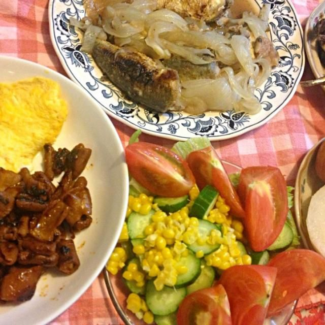 お魚がおいしいです。 - 2件のもぐもぐ - アジの南蛮漬け、きびなごの煮付け、焼肉ホルモン、オムレツ、サラダ、梨、イチジク by pianokitty