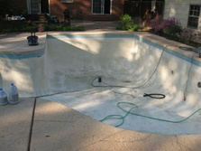 Next step, the swimming pool has been cleaned with the concrete cleaner and washed off. It is once again drying.