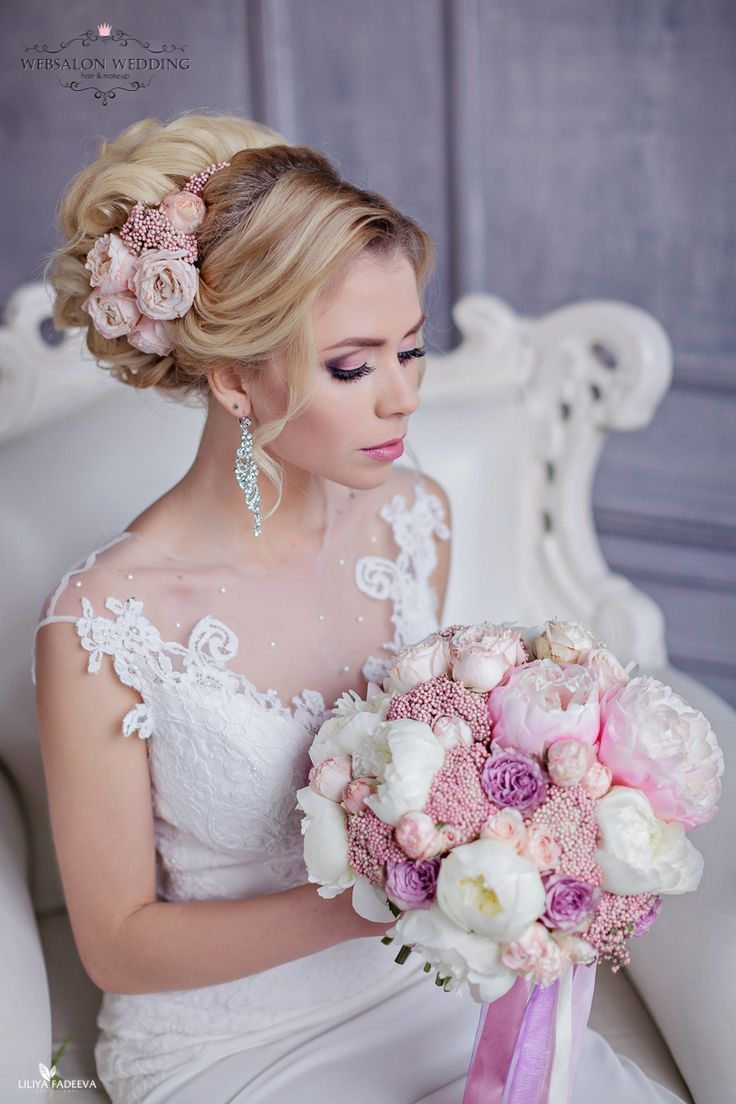 Свадебный букет из розовых и белых пионов, пионовидных роз, сиреневых роз и озотамнуса