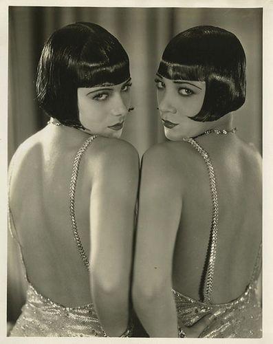 The gorgeous Dolly Sisters. Me encantan su pelo, su peinado, sus espaldas, sus trajes.