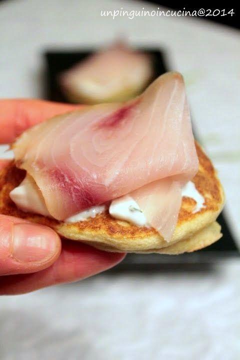 Un pinguino in cucina: Blinis di patate con crema di yogurt e pesce spada affumicato