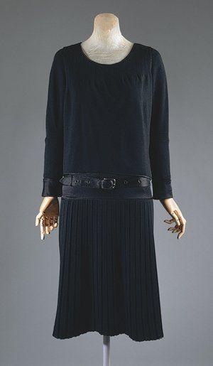 Coco Chanel's 1927: camicia di mussula, ampie e sbulsanti. Gonne plissettate o a pieghe piatte