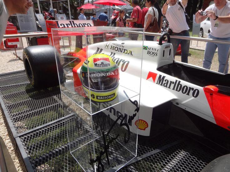 Casco y auto originales de Senna, un monumento a la F1!