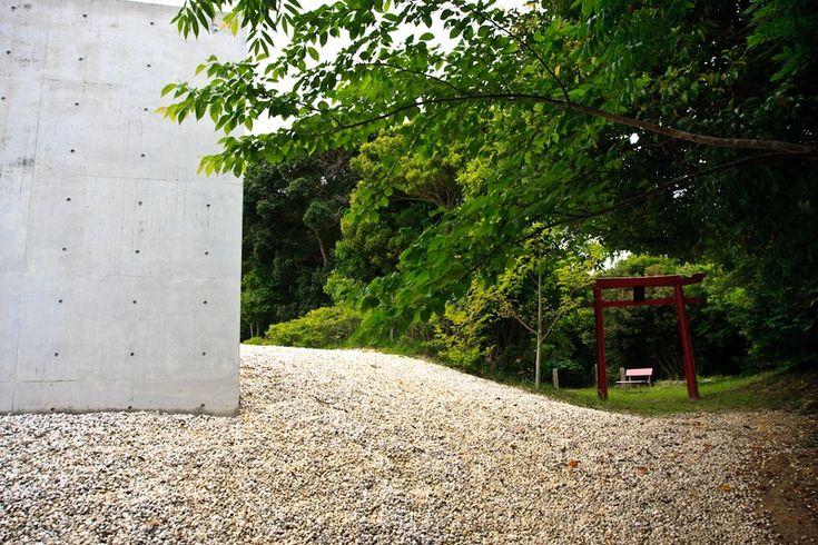 Torii (portão ou portal) de entrada para o Templo Shingonshu Honpukuji, ou Templo das Águas, na ilha Awaji, Japão. Arquiteto: Tadao Ando. Fotografia:  Ken Conley.
