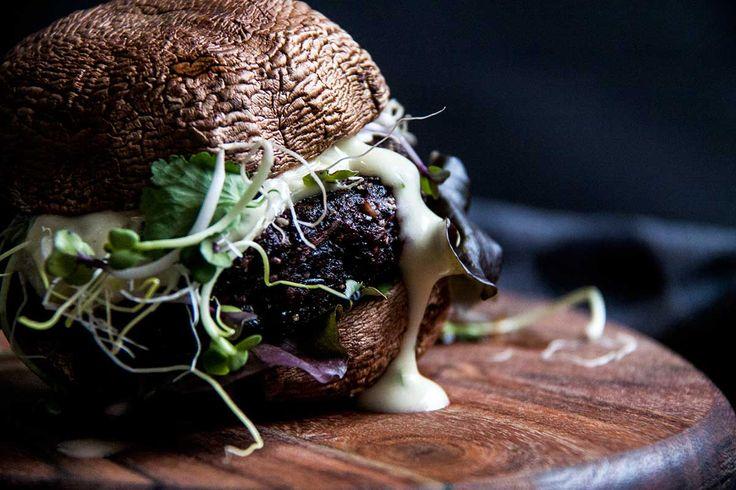 Zwarterijstburger met een frisse koriander-limoenmayonaise, sla, pittige kiemen en lente-ui.