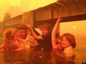 """Abuelo refugia a sus 5 nietos en un río y logra salvarlos de un terrorífico """"tornado de fuego"""" - Cachicha.com"""