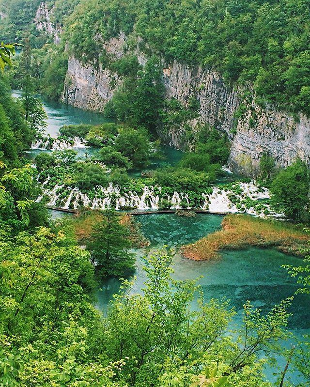 Plitvice Lakes National Park é uma das maiores atrações da Croácia, o parque conta com mais de 20 mil hectares rodeado de montanhas, muitos lagos de águas azuis e verdes e uma série de cachoeiras maravilhosas que chegam até 70 metros de altura! O parque está na lista de Patrimônios Mundiais da Unesco e deve entrar na sua lista de próximas aventuras || @aricretella || adventure - nature - photo - screensaver free - lake - river - blue - green - watterfall - croatia - travel - dicas de viagem