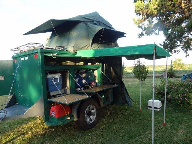 Construido sobre un chasis de perfil U, con llanta Toyota, con una Carpa de techo para dos personas, cuenta en la parte inferior, con la cocina , comedor de la propia carpa, baño y sistema electrico Led y agua corriente.