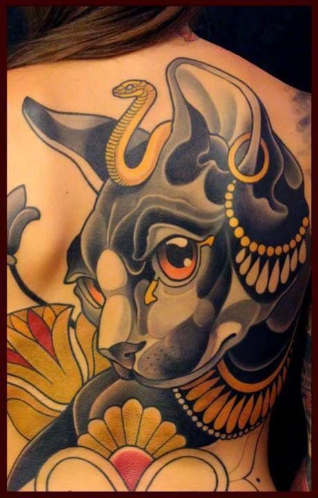 Détail d'un tatouage de Bastet déesse égyptienne.