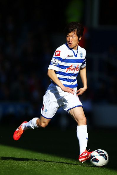 Ji-Sung Park Photos - Ji-Sung Park of Queens Park Rangers runs with the ball during the Barclays Premier League match between Queens Park Rangers and Arsenal at Loftus Road on May 04, 2013 in London, England. - Queens Park Rangers v Arsenal - Premier League
