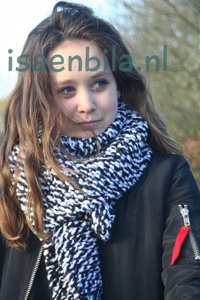 XL sjawl in ribbelsteek. Kleur: zwart-wit melee. Nu verkijgbaar bij www.isaenbila.nl. Ook in andere kleuren .