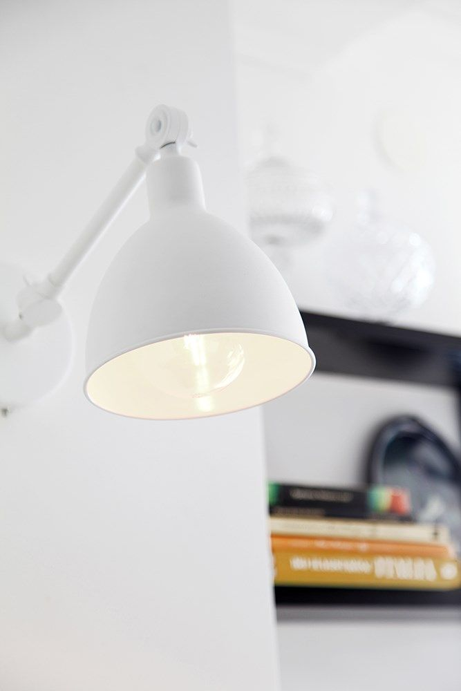 Timeless white wall lamp in metal Bazar