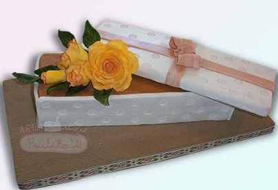 Ponque decorado con rosas en azúcar. Bello detalle para las más especiales ocasiones. Cursos: www.paulitas.com