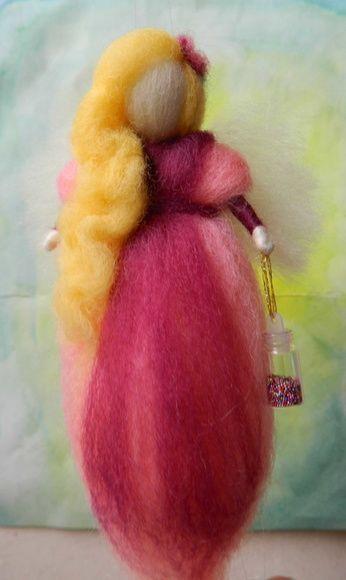 """Fadas em lã natural penteada confeccionadas com a técnica de feltragem com agulha.   Diversas cores e modelos.   Estas fadas são especiais porque levam consigo um vidrinho com o """"pó mágico"""", reforçando a idéia do poder de encantamento que carregam.   Tamanho aproximado: 15 cm de altura   Cores e detalhes a escolher.   Um ótimo presente para aquela pessoa que sempre foi uma verdadeira fada em sua vida.  Ideal também para decoração de quartos de crianças."""