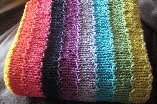 Μάθε να πλέκεις αυτήν την πολύχρωμη κουβέρτα με τις βελόνες σου. Μπες στο ftiaxto.gr για να δεις τις οδηγίες και δωρεάν πατρόν!
