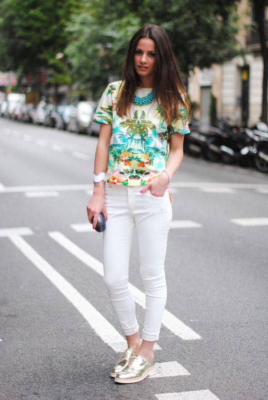 top palmeras, zapatos dorados, collar turquesa, blanco