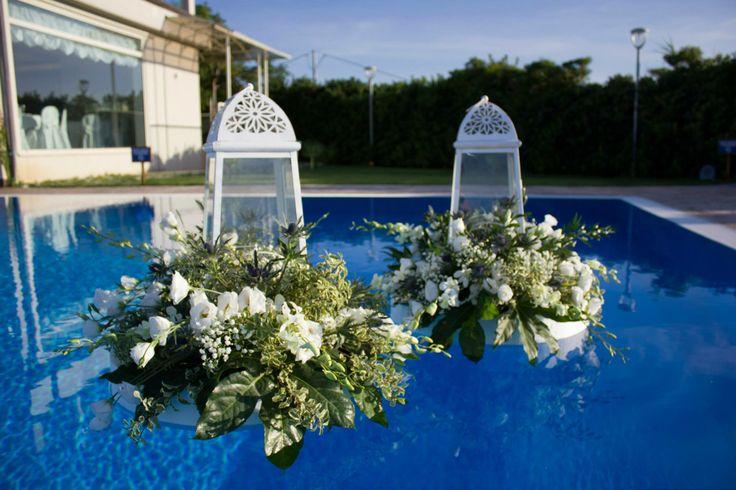 Lanterne e fiori per gli allestimenti della piscina