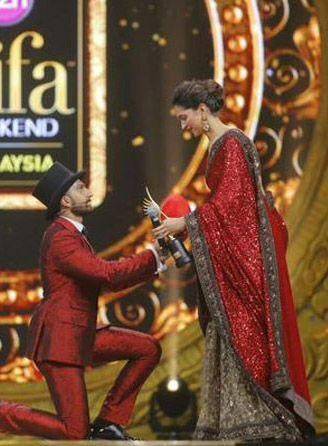 Colour-coordinated Ranveer and Deepika made our hearts full with love when #Ranveer ended up proposing to her on the grand stage of IIFA Awards 2015! #Love #RanveerAndDeepika ‪
