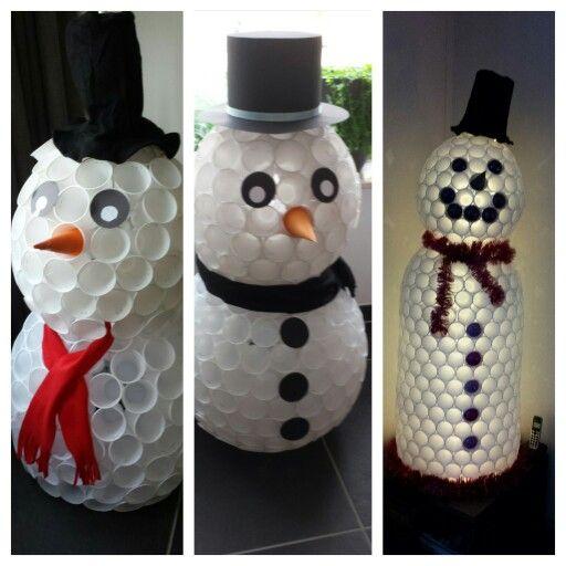 Sneeuwpop gemaakt van plastic bekers.