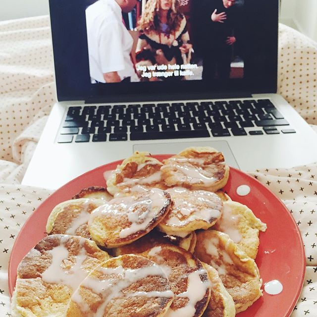 Sen morgenmad, sex and the City og dyne i sofaen. Gør alt for at nyde min ferie⭐️ #vsco #vscocam #foodvsco #health #healthy #breakfast Syrup zerotopping #sund #morgenmad fitfamdk  #sexandthecity banan pandekager  #protein #goodmorning  bananapancakes