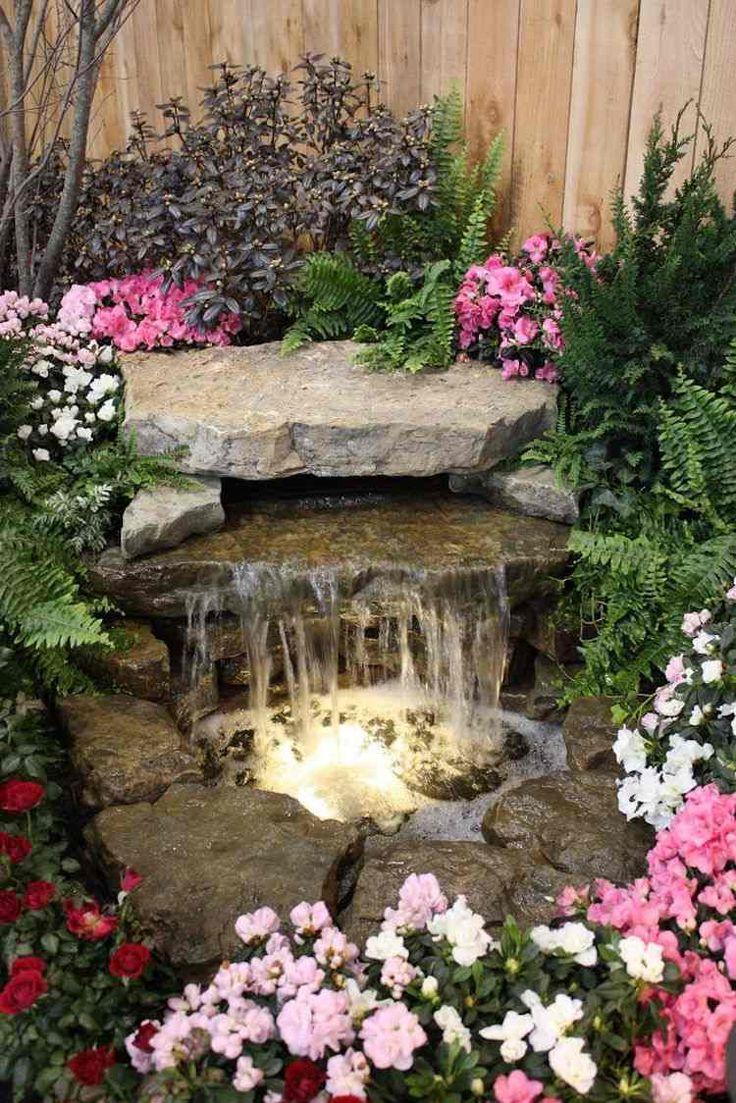 Wasserspiele im Garten umgeben von blühenden Pflanzen                                                                                                                                                                                 Mehr