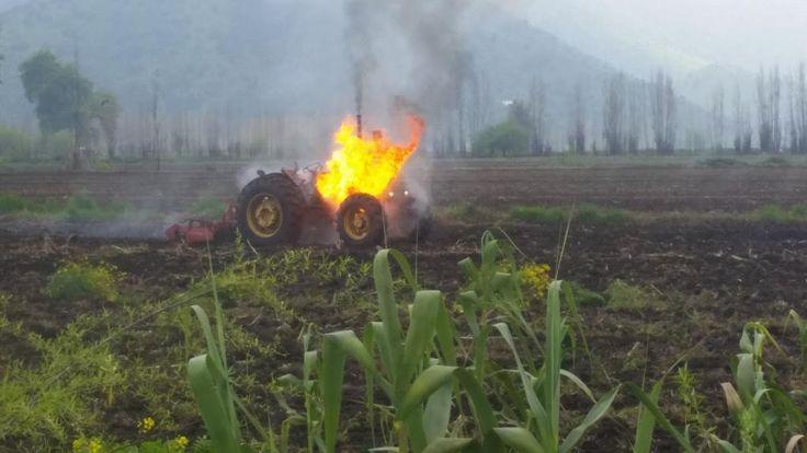 @Fiessta909 quieren fotos curiosas? Jajaja aveses me topo con esto en mi pega un tractor en llamas :) eso