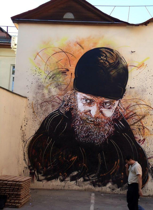 """C215, Christian Guémy, é um artista de rua francês, que tem sido descrito como """"aversão francesa de Banksy"""". C215 usa principalmente stencils para produzir sua arte. Seu trabalho consiste principalmente em retratos de pessoas, como mendigos, sem-teto, refugiados, crianças de rua e idosos. A lógica por trás desta escolha do tema é chamar a atenção para aqueles que a sociedade se esqueceu."""