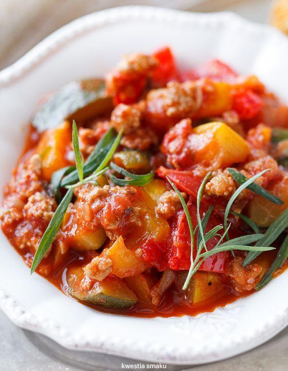 Leczo z mięsem  mielonym cukinia pomidory papryka passata