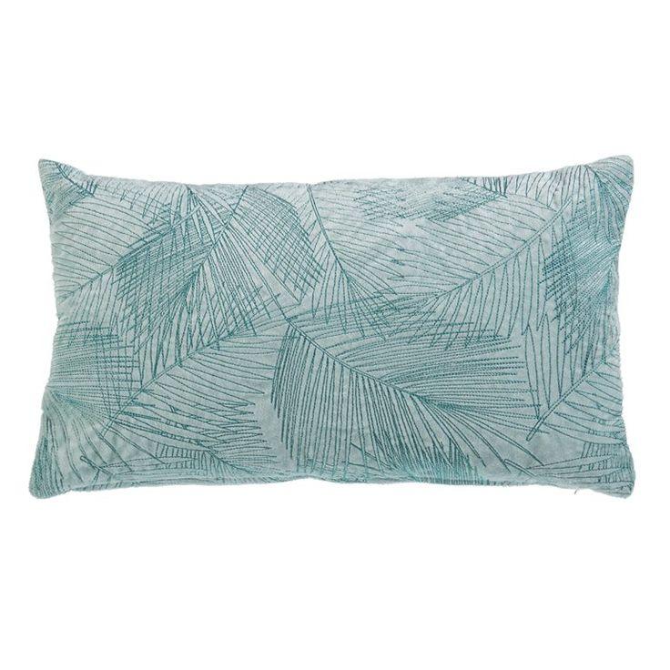 Haal de tropen in huis met het Tarn sierkussen van KAAT Amsterdam! Dit mooie kussentje doet door de blauwgroene kleuren en de palmbladeren print denken aan een heerlijke zomervakantie. Leuk voor op een grijze bank of op je bed.