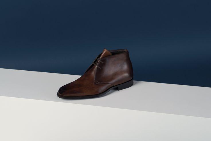 Soulier derby classique et urbain en cuir de veau patiné glacé sur la pointe. Classic and urban calfskin leather Derby shoe with patina and glazed shoe toe. 768€